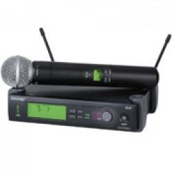 З ручним мікрофоном