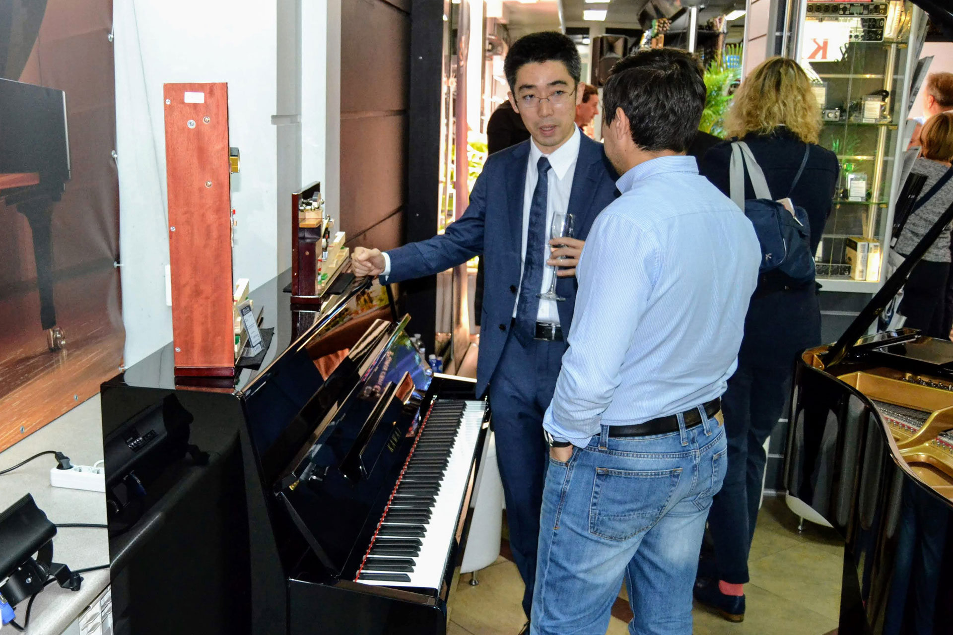 Салон роялей Kawai в Киеве